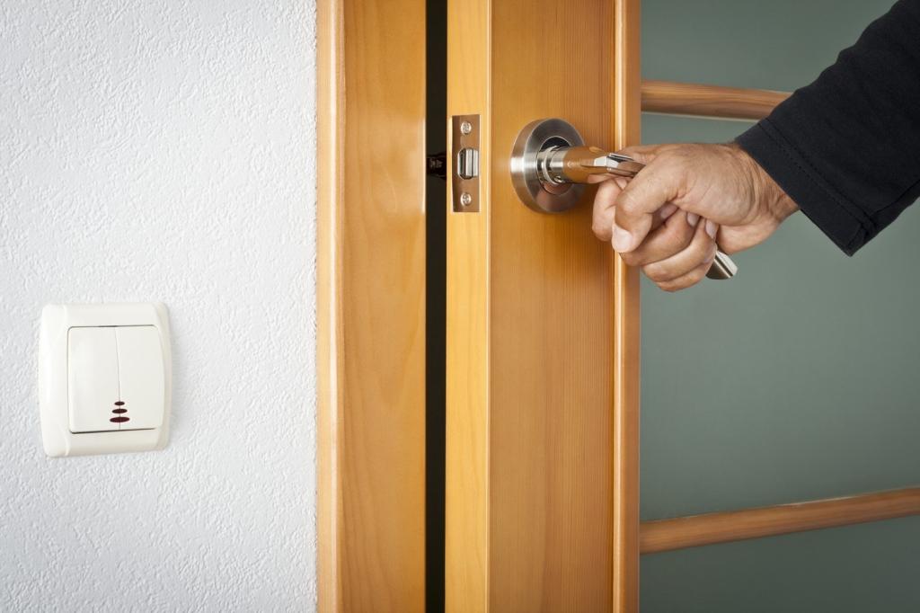 Чтобы дверь хорошо открывалась и закрывалась, очень важно врезать замок правильно